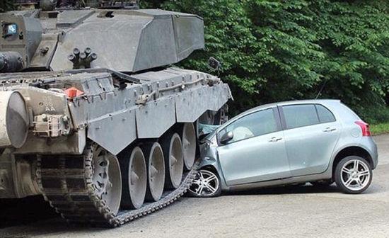 德国女司机驾驶汽车撞上英军坦克高清图片
