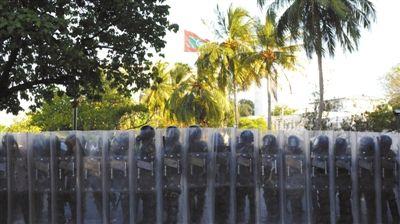 8日,马累,马尔代夫警察拿着盾牌排成一列。当天,前总统纳希德带领支持者上街示威。