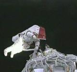 航天员在太空挥舞国旗