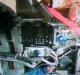 航天员组装舱外航天服