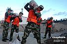 边防官兵在紧张有序地搬运防台沙袋