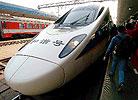 旅客在准备登上和谐号动车组D24次列车
