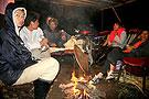 灾民在村口露天烤火过夜