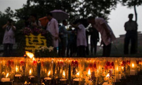 民众祭奠天津爆炸事故遇难者