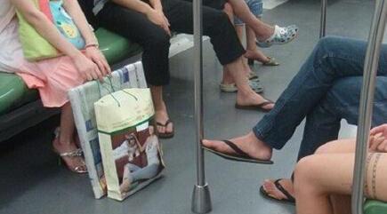 地铁内跷二郎腿