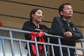 夫妇在阳台上眺望远处