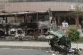 被焚毁车辆停路旁