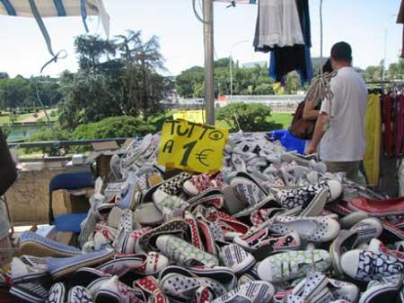 罗马的一个自由市场里,布鞋一欧元一双.