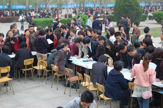 北京工业大学展台前人山人海