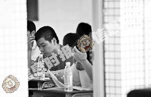 昨日上午,天河中学考场内的考生正在埋头奋笔疾书。