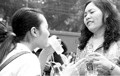 昨天8时20分,即将走入考场的学生最后喝了口家长递过来的水。