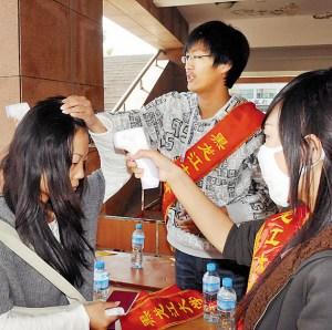 """十一""""过后,黑龙江大学两个学院的1000多名新生开始报到,新生报到现场首先要进行体温检测,检测合格方可办理入学报到手续,如果体温检测异常将通知发热门诊,对其进行进一步隔离、观察。"""