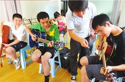 学生暑期报班学习特长。资料图片 记者潘之望摄