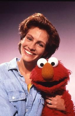 1990年罗伯茨参加《芝麻街》节目时和艾摩在一起