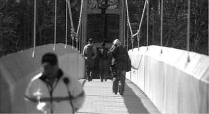 康奈尔大学如今在横跨峡谷的桥上配备了保安巡逻,防止自杀事件发生