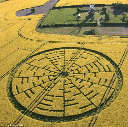 最近在英国威尔特郡附近的一块田地中出现的麦田怪圈