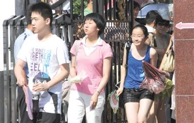 考试前,考生们走入考场