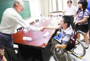 今天上午,香港大学面试工作正式开始,来自清华附中的考生小李坐着轮椅进入考场。