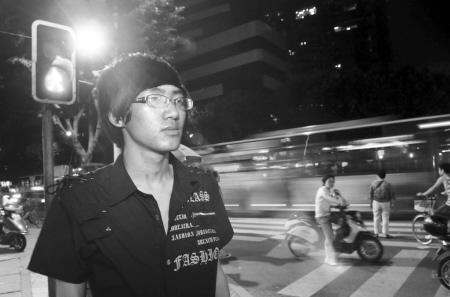 初到城市的杨华第一次见到红绿灯