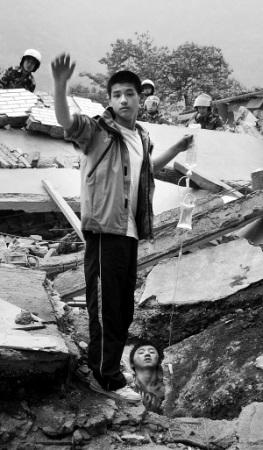 """汶川地震中,""""吊瓶男孩""""李阳为同学廖波举吊瓶的场景令人动容.-"""