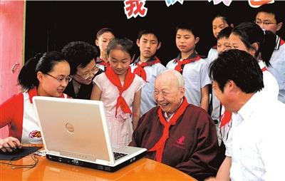 2007年5月14日,95岁高龄的著名科学家、教育家钱伟长来到无锡市荡口中心小学,受到师生们的热烈欢迎,这是他第12次回到母校。图/CFP