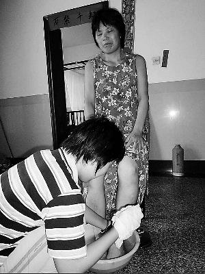 曹秋芳从4岁开始照顾瘫痪母亲