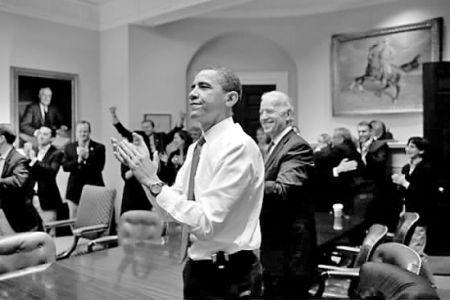 奥巴马总统,副总统乔・拜登,以及高级官员在白宫罗斯福厅通过医疗保健改革议案后庆祝的场面