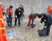 清理湘江边垃圾