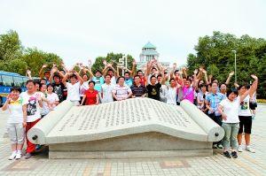 同学们簇拥着老师在校赋石前合影 本报记者 孙晶磊 摄