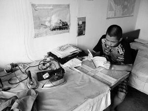 母亲干活的桌子也是小龙的书桌