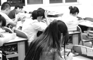 考研的学生们在忙碌的备考中 王浩儒 摄
