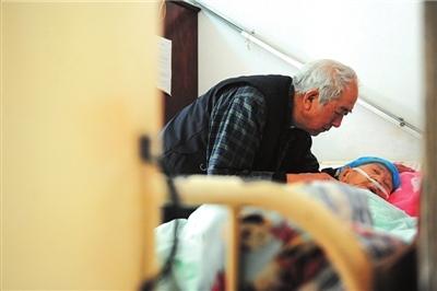 耿老的老伴因脑血栓多年卧床不起,他每天都会来到床前跟她说会儿话。