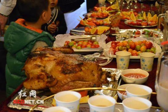 幼儿园圣诞夜自助大餐,有火鸡、红酒、鲜榨果汁、巴西烧烤等。