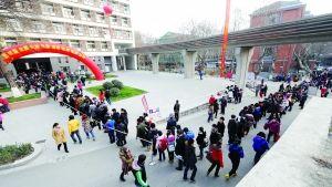 昨天,南艺报名确认现场排了长长的队伍 快报记者 赵杰 摄