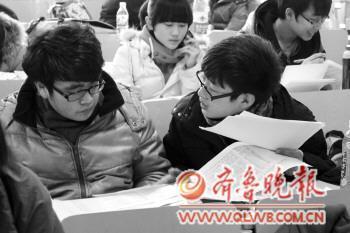 15日,在一家培训机构,艺考生们正在商讨报考的院校  本报记者 常学艺 摄