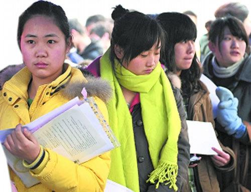 """浙江传媒学院在南京举行艺术类专业招生考试。这些""""艺考族""""们为了追逐梦想,不管是寒冷的冬天,还是考场内的委屈,走南闯北也要考上自己梦寐以求的艺术殿堂。CFP供图"""