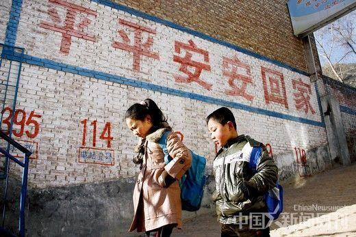 小蒜小学过年后开学,住在附近的学生们步行上学。摄影/韦亮