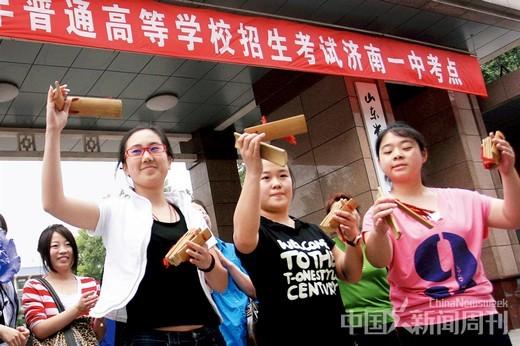 2010年6月9日,在济南一中考点,济南艺术学校综艺班的考生打起快板庆祝高考结束。图/CFP