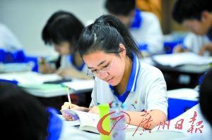 学生们都在为中考做最后冲刺。