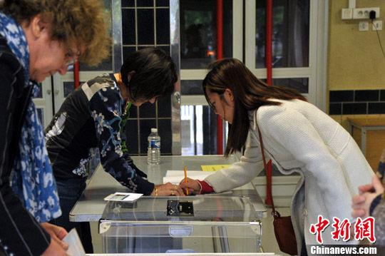 5月6日,一名华裔选民在巴黎13区一处投票站参加投票。中新社记者 龙剑武 摄