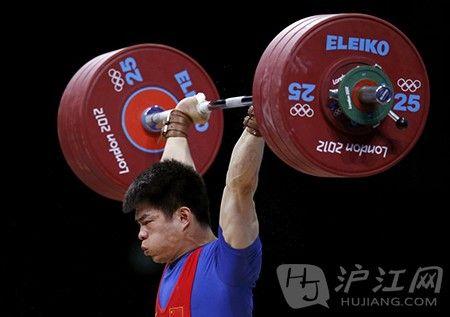 林青峰在男子举重69公斤级的比赛中获得金牌
