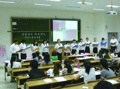 """南师大新传院学生活动中,男生""""凤毛麟角""""。(资料图片)"""