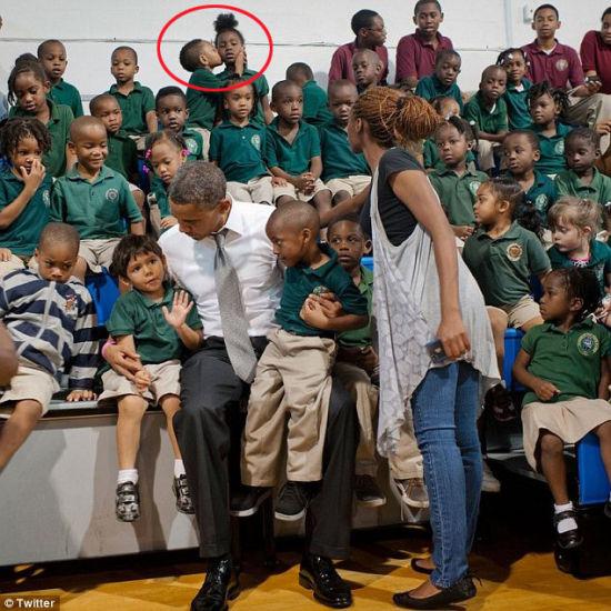 美国小男孩与奥巴马合照时强吻女同学抢镜(图)