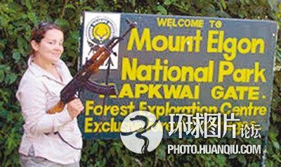 英国女老师赴乌干达旅游手持AK47留影遭炮轰