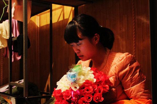 结束头一天,141班的男生给志愿者简梦瑶送了来 自己扎的玫瑰花。志愿者忍不住泪奔了 (1)