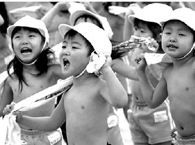 2008年1月21日,在日本东京的一家幼儿园,小朋友们在操场上用干毛巾摩擦身体。这家幼儿园的400多名小朋友每天都会以这种方式在寒冬里锻炼身体,以增强抗寒能力。