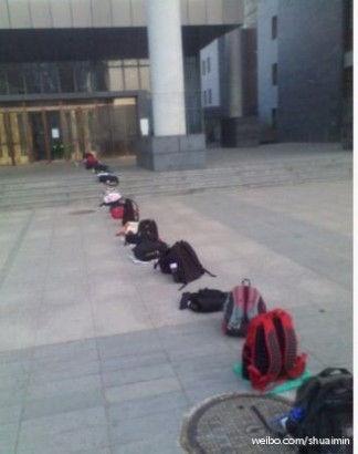 大学期末惊现逆天自习长队 网友称给跪了