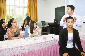 学生们认真地听老师讲解按摩知识