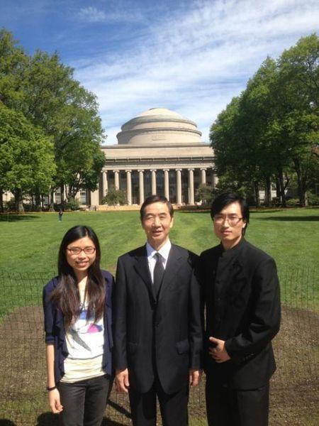 (左)枫叶首位麻省理工博士于淼(右)枫叶首位哈佛硕士任鸿鸽 (中)枫叶教育集团研究院赵瑞民院长