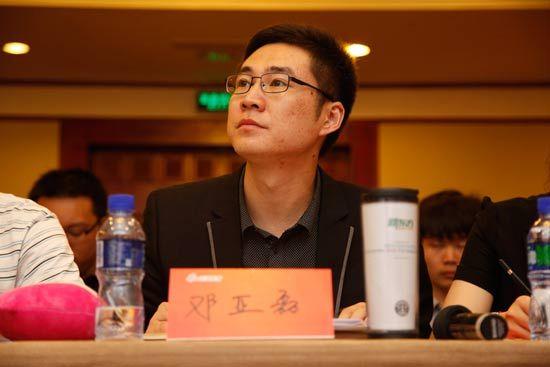 新东方学校师训总监邓亚磊认真观看台上选手课件解读